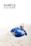 Blaue Weihnachtsdekoration im Schnee mit Exemplarplatz Stockfoto