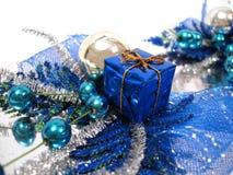 Blaue Weihnachtsdekoration, Kasten mit Handbell und Kugeln Stockfotografie