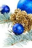 Blaue Weihnachtsdekorationkugeln mit goldenen Kegeln lizenzfreie stockfotografie