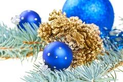Blaue Weihnachtsdekorationkugeln mit Kegeln lizenzfreies stockfoto