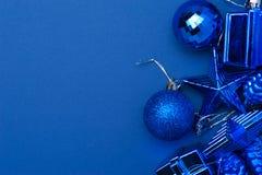 Blaue Weihnachtsdekorationsspielwaren auf blauem Hintergrund Stockfoto