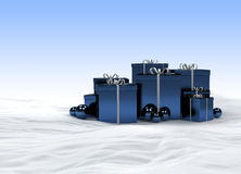Blaue Weihnachtsgeschenke im Schnee Stockfoto