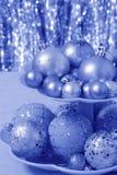 Blaue Weihnachtskarte mit Bällen - Fotos auf Lager Stockbild