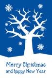 Blaue Weihnachtskarte mit Baum Stockfotos