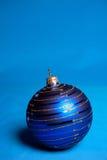 Blaue Weihnachtskugel. Lizenzfreie Stockfotos