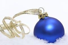Blaue Weihnachtskugel stockbild
