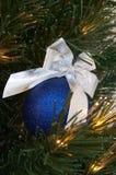 Blaue Weihnachtskugel lizenzfreies stockbild