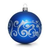 Blaue Weihnachtskugel getrennt auf weißem Hintergrund Stockbilder