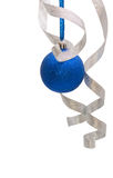 Blaue Weihnachtskugel mit lockigem silbernem Farbband Stockbild
