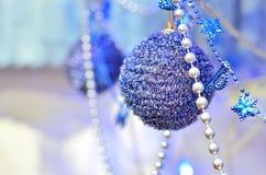 Blaue Weihnachtskugeln Stockfoto