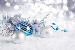 Blaue Weihnachtskugeln auf Schnee Stockbilder