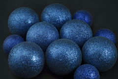 Blaue Weihnachtskugeln auf Schwarzem Stockbilder
