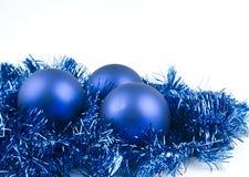 Blaue Weihnachtskugeln auf Weiß Stockbilder