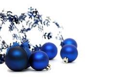 Blaue Weihnachtskugeln auf weißem Hintergrund. Stockfotos