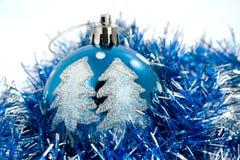 Blaue Weihnachtskugeln im Filterstreifen lizenzfreies stockfoto