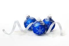 Blaue Weihnachtskugeln mit Farbband Stockfotos