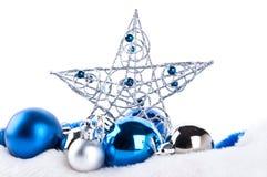 Blaue Weihnachtskugeln und -stern Stockfoto