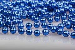 Blaue Weihnachtsperlen Stockfotografie