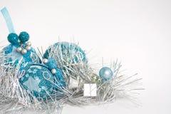 Blaue Weihnachtsspielwaren auf Weiß Lizenzfreie Stockfotografie