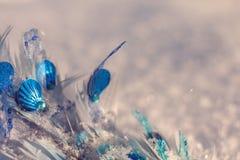 Blaue Weihnachtsverzierung auf dem glänzenden Schneehintergrund lizenzfreies stockfoto