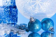 Blaue Weihnachtsverzierung auf einem Spiegel Stockfotografie
