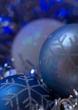 Blaue Weihnachtsverzierung - blauer kalter Hintergrund Stockbild