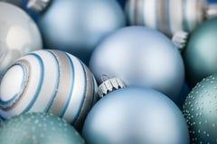 Blaue Weihnachtsverzierungen Stockfotografie