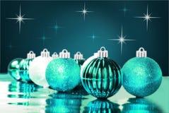 Blaue Weihnachtsverzierungen mit Sternhintergrund Stockfotos