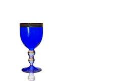 Blaue Weinglasnahaufnahme lokalisiert Stockfotografie