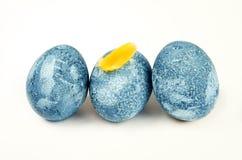 Blaue WeinleseOstereier lokalisiert auf Weiß Stockfoto