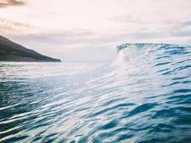 Blaue Welle und bewölkter Himmel in den Tropen lizenzfreie stockfotografie