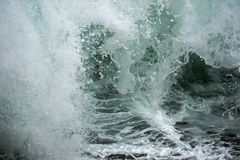 Blaue Wellenzerquetschung lizenzfreie stockfotos