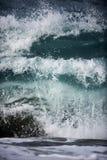 Blaue Wellenzerquetschung stockfoto