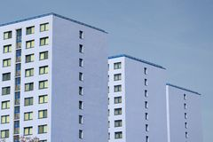 Blaue Wohnblöcke stockbild