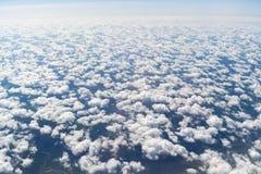 Blaue Wolken hoch über dem Boden Stockbilder