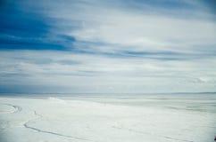 Blaue Wolken und gefrorenes Wasser Russland, UralJanuary, Temperatur -33C Stockfotografie