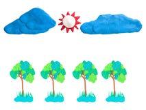 Blaue Wolken und Sonne des grünen Baums auf dem Himmel übergeben wütendes Stockfotos