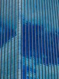 Blaue Wolkenkratzerfassade office Gebäude Stockbilder