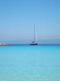 Blaue Yacht, Anti-Paxos, Griechenland lizenzfreies stockfoto