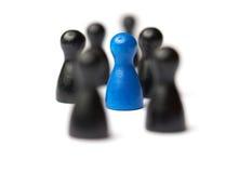 Blaue Zahl mitten in einer Gruppe Andere Zahlen verwischt Geschäftskonzept für Führung, Teamwork oder Gruppen Lizenzfreie Stockfotos