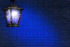 Blaue Zusammenfassung der Laterne und der Wand Stockfotografie