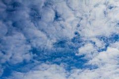 blauem Himmel mit bewölktem oben betrachten Stockfotos