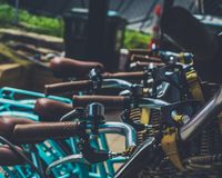 Blauen Fahrrades am Café lizenzfreie stockfotos