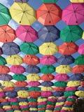 Blauen Himmels mit bunten Regenschirmen Lizenzfreie Stockbilder