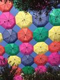 Blauen Himmels mit bunten Regenschirmen Stockbilder
