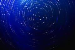 Blauer abstrakter futuristischer Hintergrund der Zukunftsromane, unscharfe Sterne im Raum Stockbild