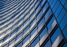 Blauer abstrakter Geschäftsgebäudehintergrund Stockbilder