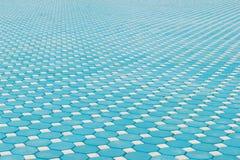 Blauer achteckiger Ziegelstein, der Boden mit Perspektivenansicht pflastert Lizenzfreie Stockfotos