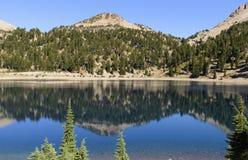 Blauer alpiner See mit Kräuselungen stockfotografie