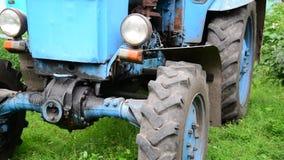 Blauer alter Traktor im Dorf stock video